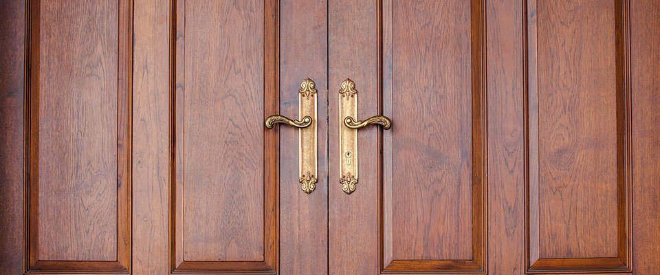 This image has an empty alt attribute; its file name is wooden_door_960.jpg